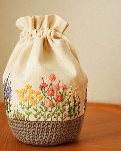 秋の花刺繍巾着 . #刺繍#手刺繍#ステッチ#手芸#embroidery#stitching#자수#broderie#bordado#вишивка#stickerei#花の刺繍#巾着#ハンドメイド#handmade