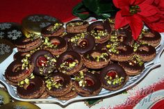 Pokud jste fanouškem oříškových krémů, tak doporučuji vyzkoušet tyto koláčky. Jsou luxusní. I s tou čokoládou navrchu a ozdobené pistáciemi, no vypadají a chutnají božsky :) Autor: Sladkosti