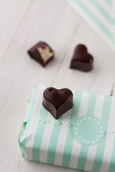 En la receta de hoy os proponemos unos dulces corazones de bombón.A priori pudiera parecer que hacer bombones sólo se apto para maestros chocolateros, pero os aseguramos que son bastante fáciles de realizar. Se requiere: buena voluntad, un molde, chocolate de calidad, un termómetro e ilusión. Ya os habíamos explicado como hacer bombones rellenos de caramelo, hoy de nuevo nos ponemos con una versión totalmente romántica con cuerpo (encamisado) de chocolate negro y relleno de trufa blanca con… Choco Chocolate, Chocolate Candy Molds, I Love Chocolate, Chocolate Treats, How To Make Chocolate, Chocolate Lovers, Chocolate Blanco, Candy Recipes, Sweet Recipes