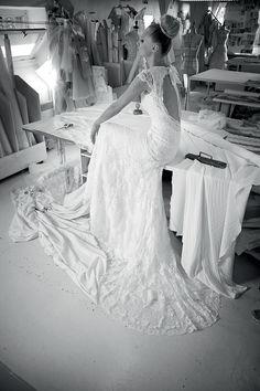 Deze prachtige trouwjurk van Cymbeline, Indulgence is helemaal van kant. De jurk is sluik en hoog gesloten. Het verrassende aan deze trouwjurk is de mooie lage, blote rug. Bewonder onze collectie van Cymbeline bij Covers Bruidsmode in Utrecht.