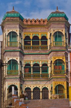 Flabbergasted by the architectural detailing and range of colors used on this house in Varanasi, India - Varanasi, India Architecture, Beautiful Architecture, Rishikesh, Places To Travel, Places To See, Taj Mahal, Amazing India, Le Palais