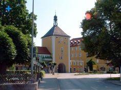 Oberes Stadttor:    Das Obere Stadttor, auch Salzburgtor genannt, ist ein viergeschossiger mittelalterlicher Bau mit Glockentürmchen.    Der Turm stammt aus der ersten Hälfte des 13. Jahrhunderts.    Die Südseite (Angriffsseite) weist eine Dicke von bis zu zwei Metern auf.    Zur damaligen Zeit befand sich vor dem Tor ein Graben mit Brücke, welcher als Schießgraben für die Bürgerwehr diente.    Über dem Torbogen hängt das Wappen des Salzburger Fürsterzbischofs Johann Ernst Graf Thun. Style At Home, Graf, Mansions, House Styles, Home Decor, Gateway Arch, Crests, Environment, City