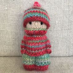 This kid is wearing an outfit knitted from two skeins of variegated Fleece Artist yarn I bought years ago. I had fun seeing the colours… Knitted Doll Patterns, Knitted Dolls, Crochet Toys, Free Crochet, Knitting Patterns, Knit Crochet, Loom Knitting, Free Knitting, Baby Knitting