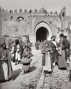 Jérusalem, Palestine Alquds photography old Palestine History, Israel History, Israel Palestine, Jewish History, Jerusalem Israel, Photos Du, Old Photos, Heiliges Land, Damascus Gate