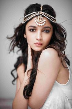 Alia Bhatt in a pearl and Jadau mathapatti by Jaipur Gems. Shop for mangtikkas and your wedding jewellery with Bridelan - a personal shopper & stylist for weddings. Website www.bridelan.com #Bridelan #mangtikka