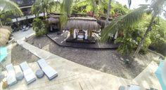 """Spa: Las cabinas tienen forma de quioscos elaborados con bambú y techo de paja construidos sobre una superficie de madera. En ellas se realizan rituales, masajes y tratamientos terapéuticos que hacen parte de esas pequeñas """"bendiciones"""" que se encuentran en este espacio operado por masajistas expertas en devolverles a las personas la vitalidad que a veces opaca el cansancio."""