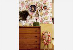 Acima da cômoda de caviúna, comprada em um antiquário, pratos de porcelana trazidos de viagens enfeitam a parede. O toque de bom humor fica para o manequim sem cabeça usando o colar havaiano. Casa da arquiteta Alexandra Albuquerque