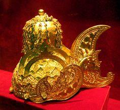 Century recreation of the Kutai crown of Kartanegara. Medieval Jewelry, Ancient Jewelry, Real Crown, Indonesian Art, Diamond Tiara, Royal Jewelry, Tiaras And Crowns, Crown Jewels, Royal Fashion