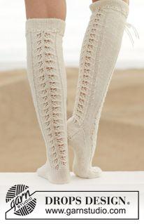 """Little Women - Knitted DROPS knee socks with lace pattern in """"Fabel"""". - Free pattern by DROPS Design Lace Socks, Crochet Slippers, Knitting Socks, Boot Socks, Drops Patterns, Lace Patterns, Knitting Patterns Free, Free Pattern, Drops Design"""