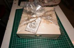 gift for clients - wooden box with chocolates with laser engraved xmas scene / drewniane pudełko z czekoladkami ze świateczną scenką wygrawerowaną laserem