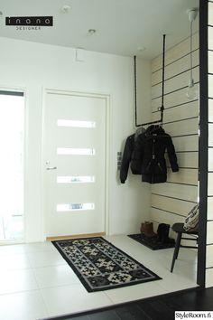 eteinen,minimalistinen,mustavalkoinen,vaatetanko,vaatenaulakko
