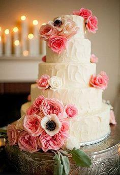 \ 愛らしさ満点♡ / 真っ白くて大きなお花〔アネモネ〕を使ったウェディングケーキ特集*にて紹介している画像