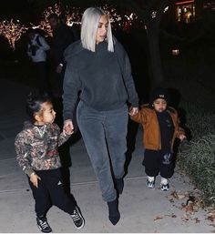 Kim Kardashian Its success soon led to the creation of spin-offs including Kourtney and Kim Take New York and Kourtney and Kim Take Miami Familia Kardashian, Estilo Kardashian, Kardashian Family, Kardashian Style, Kardashian Jenner, Kardashian Fashion, Trajes Kylie Jenner, Kendall Jenner, Kim K Style