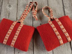 Pouches with pick-up handles. From the website of Heather Torgenrud, a companion site to her book, Norwegian Pick-up Bandweaving.