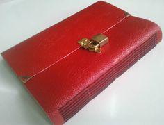 """Caderno ou diário feito à mão com costura artesanal Longstitch. Couro sintético vermelho com cadeaado. Parte interna revestida em algodão cru. - 100 FOLHAS RECICLADAS SEM PAUTA. Aceito encomendas em outras cores (VER EM """"MOSTRUÁRIO"""") R$ 60,00"""