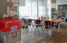 Ainda na casa de Houssein Jarouche, fitas adesivas neon decoram a mesa de jantar. O frigobar tem estampa com desenhos infantis de Adriana Barra