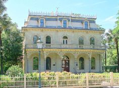 King William Historic District - 25 blocks of historic mansions and landscaping built in late 1800's. FREE.