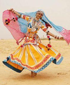 A Kalbelia folk dance from the Kalbelia tribe in Rajasthan, India Bollywood, Designer Salwar Kameez, Folk Costume, Costumes, Costume Ideas, Costume Ethnique, Mode Lookbook, Belly Dancing Classes, Indian Classical Dance