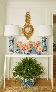 gold clock wit blue and white: Nina Campbell Gerome Console Nina Campbell, Blue And White China, Blue China, Chinoiserie Elegante, Casa Magnolia, Design Entrée, Blogger Home, Keramik Vase, Contemporary Home Decor