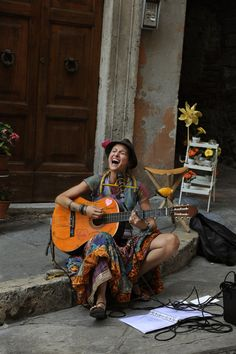 _2SM7437, Umbria, Italy, 2012, ITALY-10534. A woman sings on the street.