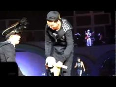 [HD] Seungri help TOP tie shoelaces BIG BANG Alive tour Singapore (Fantastic Baby Encore) 120929 Because of TOP's injured hand. :(