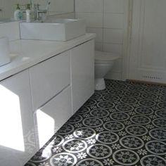 Trädgård svart: ett badrum i en villa i Nacka