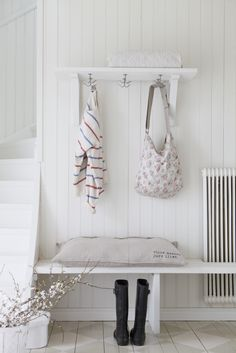 This could be a simple and very affective solution for the entrance White Beadboard, Entry Stairs, Upstairs Loft, Small Hallways, Hallway Storage, Curved Staircase, Kitchen Benches, Country Interior, Cottage Interiors