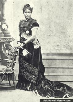 vintage pictures of the Hawaiian Monarchy Queen Of Hawaii, Hawaiian Queen, Hawaiian Crafts, Hawaiian Art, Vintage Hawaii, Hawaiian Monarchy, Vintage Photos Women, Vintage Pictures, Vintage Photographs