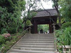 深大寺山門。  奈良時代に創建されたと伝えられる古刹だが、火事で堂宇の大半を失い、江戸時代中期に建てられたこの門が最も古い建造物。