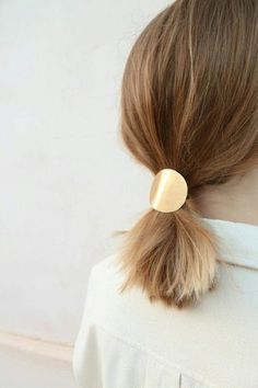 Short Hair Styling Idea - Blow out straight and tie back with a brass barrette or elastic cuff. #Lecoloriste #hair #cheveux #accesoirecheveux #Hairdresser #Fashion #Coiffeur #Filles  #Girls #Newhair #Hairstyle #Coiffure #Hairstylingidea