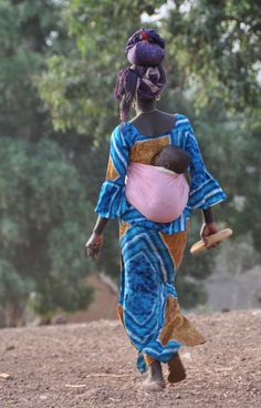 A mother her child gathering wood, Banfora, Burkina Faso. African Babies, African Women, Madonna And Child, Precious Children, Indigenous Art, African Culture, People Of The World, Happy Baby, Mothers Love