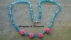 Collana montata a mano, con cristalli e rose in resina
