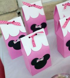 Minnie's skirt inspired the adorable designs of this party by Courtney, of Picture Perfect Party Designs! With polka dots popping up everywhere and with a big… Minnie Mouse Favors, Minnie Mouse Theme Party, Minnie Mouse 1st Birthday, Minnie Mouse Baby Shower, Mickey Party, Mouse Parties, 1st Birthday Party Bags, Second Birthday Ideas, 3rd Birthday