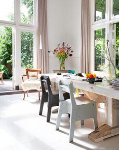 Styling: Frans Uyterlinde | Photographer: Jansje Klazinga vtwonen april 2014 #vtwonen #magazine #interior #diningroom #natural #colourful #PietHeinEek #chairs #flowers