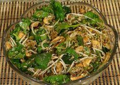Mélanger tous les ingrédients de la salade sauf les noix de cajou. Mélanger tous les ingrédients de la marinade. Incorporer la marinade à la salade 1 heure avant de la servir. Ajouter les noix de cajou.