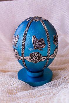 Huevo de avestruz pintado y con apliques de estaño repujado