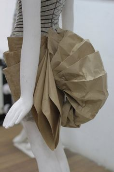 *Pretty Oddity*: Her Majesty's Airship Apoidea  Paper bustle by Lyra on Blogger