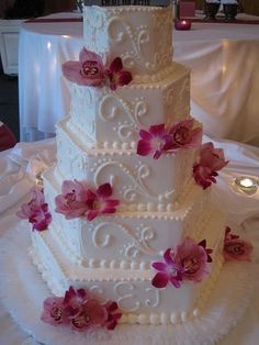 i love this cake! it's different that what i usually see for wedding cakes :)  ~jL
