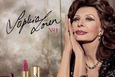Actrice en stijlicoon Sophia Loren bewijst op 81-jarige leeftijd dat ze 'het' nog altijd heeft. De Italiaanse prijkt niet alleen in de nieuwste campagne va...