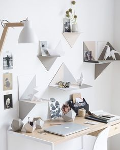 idée diy bureau pot carton Diy Bureau, Bookshelves In Bedroom, Pot A Crayon, Wall Decor, Room Decor, Home Desk, Idee Diy, Deco Design, Diy Desk