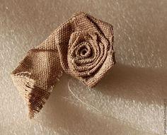 Этот мастер-класс поможет интересно декорировать любое украшение — броши, колье, заколки, ободки для волос, сумочки. Это очень просто и быстро изготовить такую розочку из ткани или атласной ленты. Для этой розочки диаметром 4 см мне понадобилась полоска ткани 2,3 см х 47 см. Можно экспериментировать с шириной и длиной в зависимости от того, какой вам нужен результат.