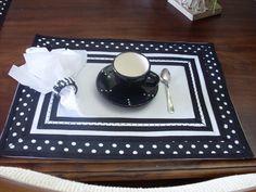 Jogo americano confeccionado em tecido de algodão branco, com barrado preto com bolinhas brancas e acabamento em viés de algodão preto e branco. Acompanha 1 guardanapo de tecido e 1 porta-guardanapo bordado com contas rústicas e embalagem personalizada. Pedido mínimo de 2 talheres. R$45,00