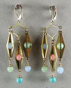 Vintage Ohrringe aus New York: Vintage Messinganhänger und Glasperlen mit Messingkappen. Material: vergoldetes Silber (Vermeil). Diese Ohrringe sind aus einer Limited Edition, hergestellt in Brooklyn, New York.