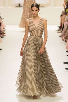 See all the Christian Dior Haute couture Fall/Winter photos on Vogue. Christian Dior Couture, Dior Haute Couture, Style Couture, Couture Fashion, Runway Fashion, Vestidos Fashion, Dress Vestidos, Collection Couture, Fashion Show Collection