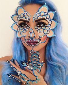 mujer con peluca azul y maquillaje azul