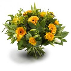 Een opgewekt, door de lente geïnspireerd boeket met gele seizoensbloemen, zoals gerbera's en Ranonkels en hier en daar witte tulpen.