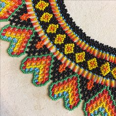 Collar cuentas colombiano tradicional hecho a mano Mexican Jewelry, Ethnic Jewelry, Beaded Jewelry Patterns, Beading Patterns, Beaded Crafts, Hand Painted Furniture, Mexican Art, Beaded Necklaces, Beadwork