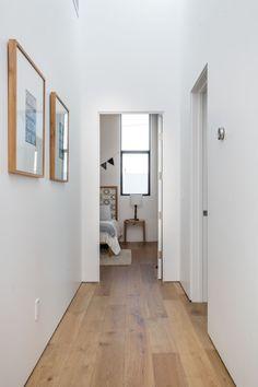 suelos de roble francés se ha utilizado en este pasillo que también continúa a través de los dormitorios.