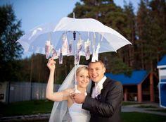 Geldscheine hängen vom Regenschirm