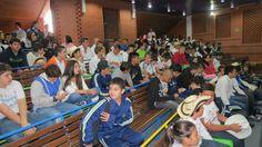 Estudiantes de bachillerato en el auditorio recibiendo información general de los directivos docentes.